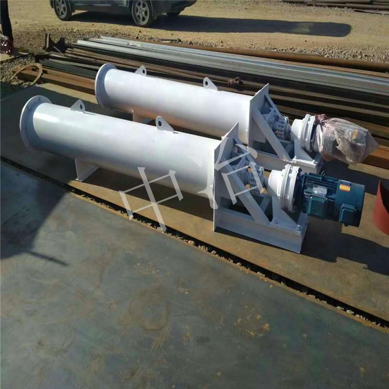一、产品介绍 螺旋输送机一般由输送机本体、进出料口及驱动装置三大部分组成;螺旋输送机的螺旋叶片有实体螺旋面、带式螺旋面和叶片螺旋面三种形式,其中,叶片式螺旋面应用相对较少, 螺旋输送机主要用于输送粘度较大和可压缩性物料,这种螺悬面型,在完成输送作业过程中,同时具有并完成对物料的搅拌、混合等功能。 螺旋输送机与其它输送设备相比, 螺旋输送机具有整机截面尺寸小、密封性能好、运行平稳可靠、可中间多点装料和卸料及操作安全、维修简便等优点。 螺旋输送机的特点是:结构简单、横截面尺寸小、密封性好、工作可靠、制造成本低